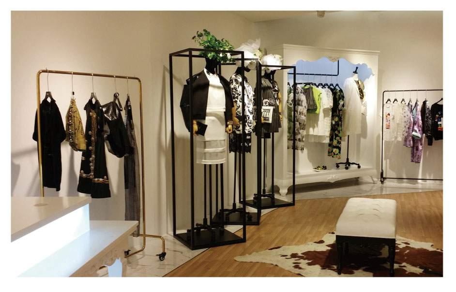 服装专卖店空间的设计的成功与否,不仅直接影响到服装品牌的现实利益,而且也关系到服装品牌的发展和品牌延伸。另一方面,在服装专卖店空间设计与装修风格上,不仅要体现服装品牌经营的特色,还要在不同程度上表达服装品牌的风格、理念和市场定位,使服装店面的成为品牌展现的空间。  服装空间设计对品牌的影响: 1、服装店空间设计中服装品牌定位、设计品位、以及延伸出来的流行特征都直接影响到空间形象设计,成功的服装店设计应该做到能营造出品牌定位、设计品位和品牌背后演绎给消费者的生活概念和文化理念展现空间。 2、店堂的环境设计要